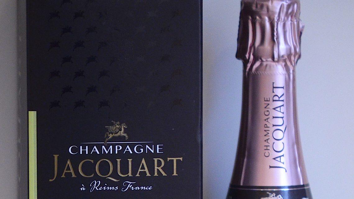 Le Champagne JACQUART Rosé s'habille avec élégance