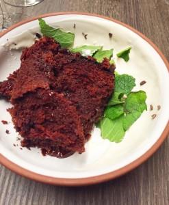 Le gâteau au chocolat, crème épicée et menthe