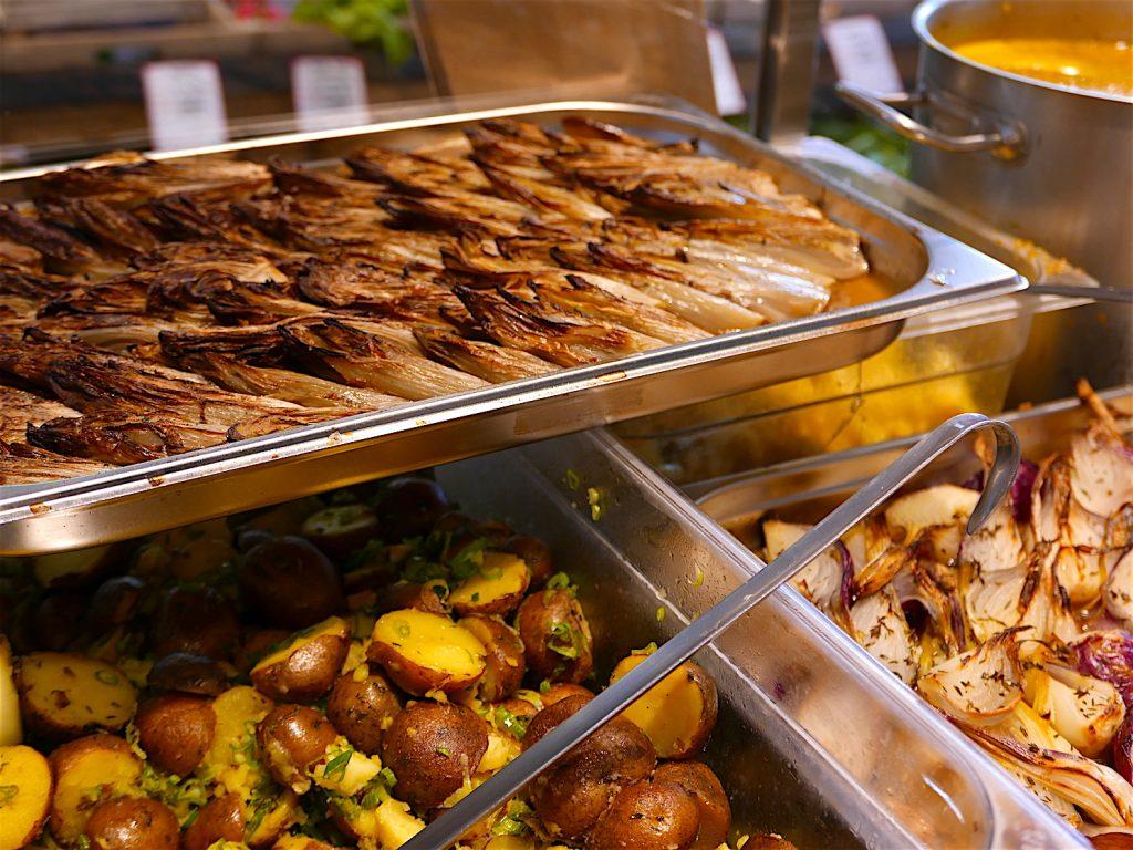 Endives, pommes de terre et petits oignons.
