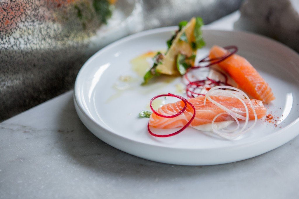 Le saumon fumé, betteraves et crème aigre.