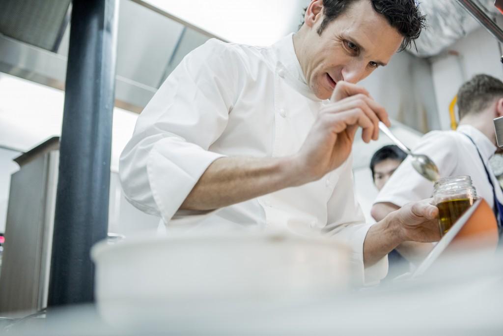 Le chef Christophe Saintagne dans sa cuisine au Papillon.