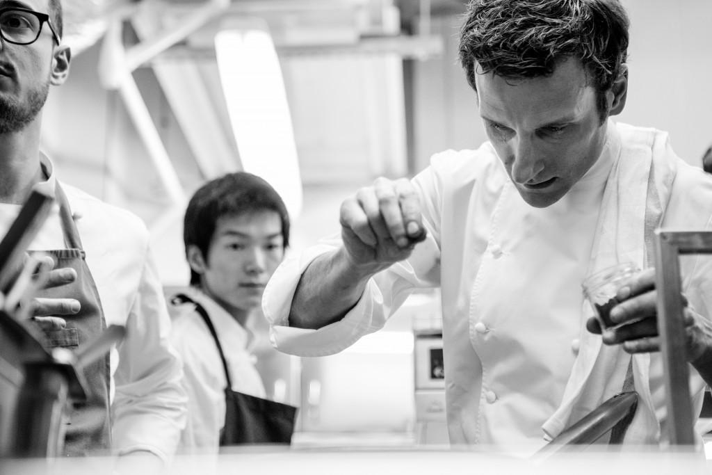 Le chef Christophe Saintagne dans sa cuisine.