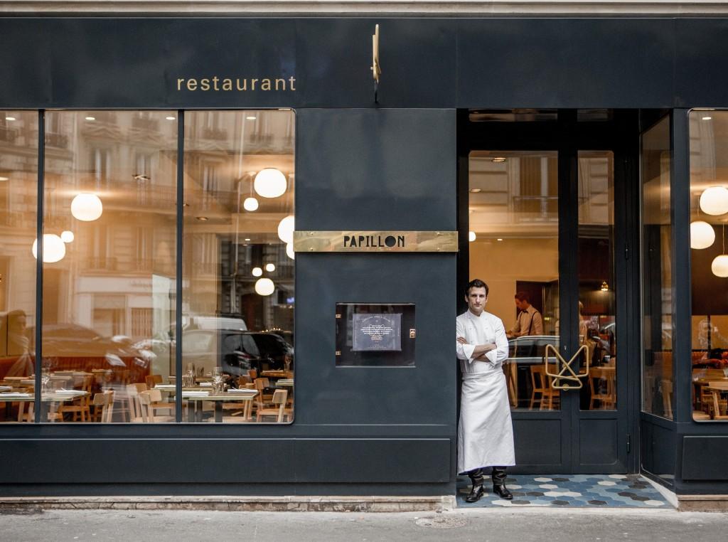 Le chef Christophe Saintagne à l'entrée de son restaurant Papillon.