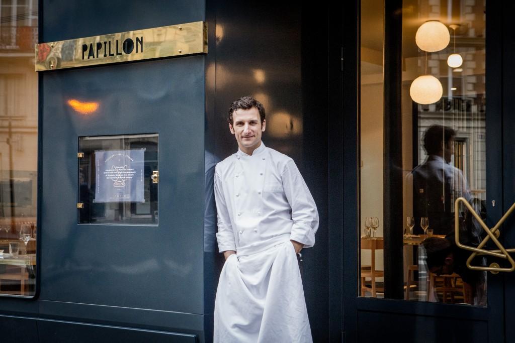 Le chef Christophe Saintagne à l'entrée de son restaurant Papillon