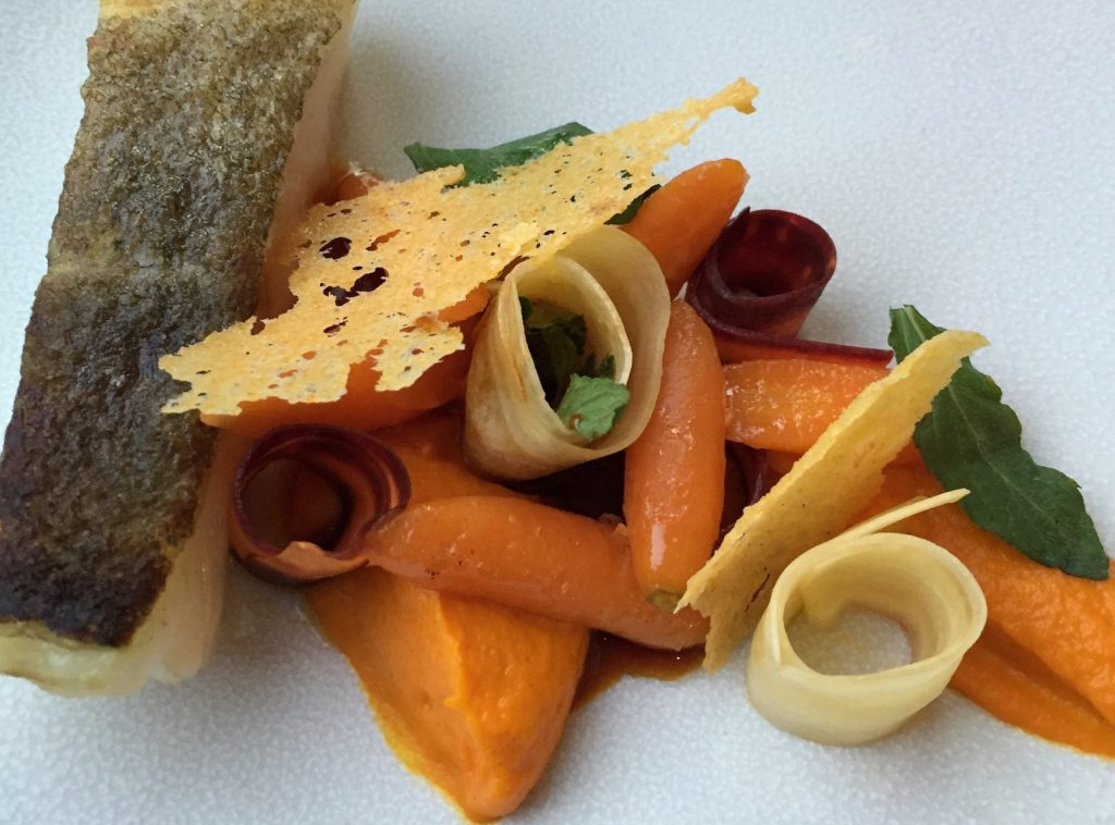 Pêche du jour, texture de carottes, menthe poivrée, polenta séchée, jus de veau.