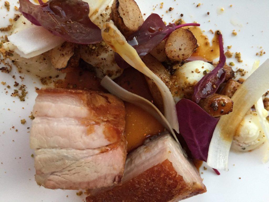 Joli plat chez Coretta Poitrine de cochon, asperges blanches des Alpilles, crémeux de Brebis
