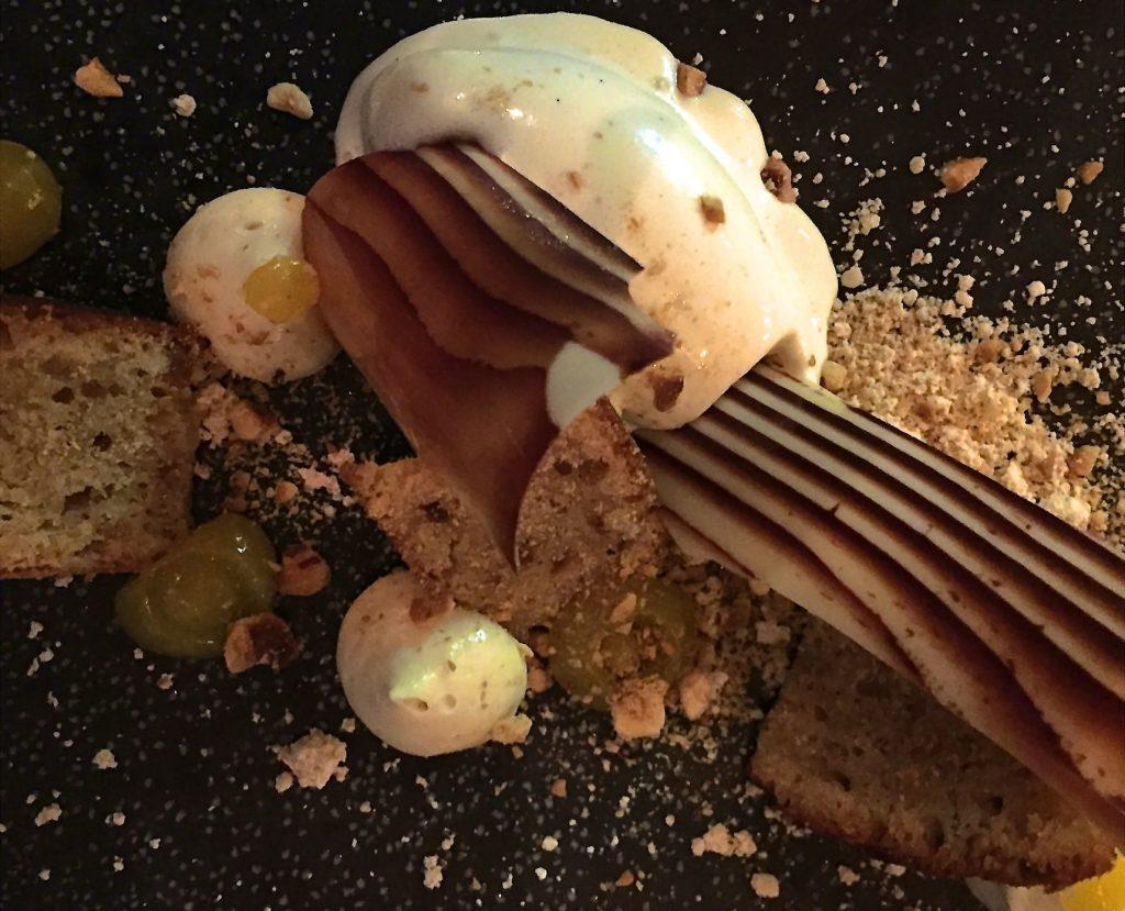 Dessert Coretta : Biscuit noisette, passion, glace bois.