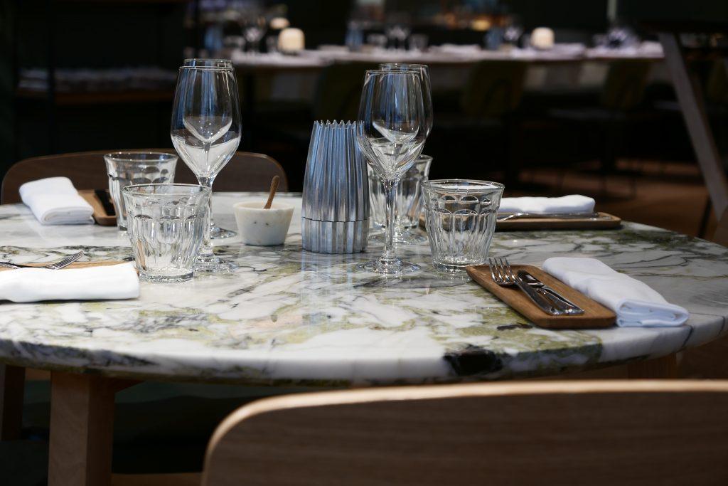 Une table dressée dans un restaurant