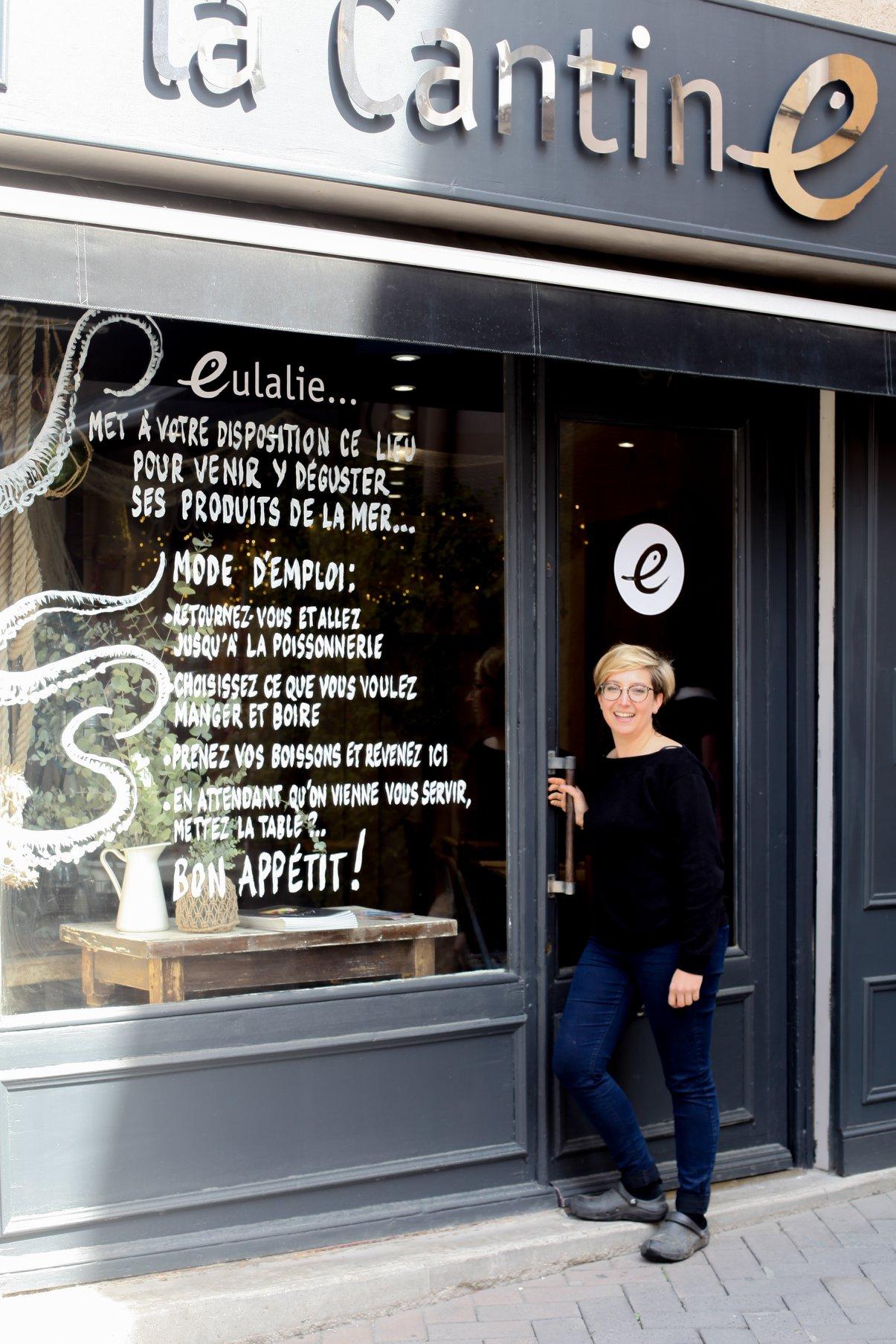 Eulalie devant La Cantine