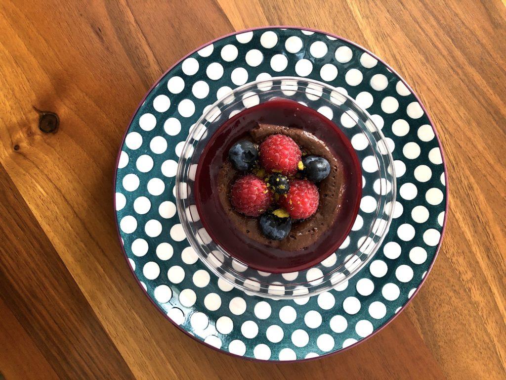 la mousse au chocolat, framboises et myrtilles du 975