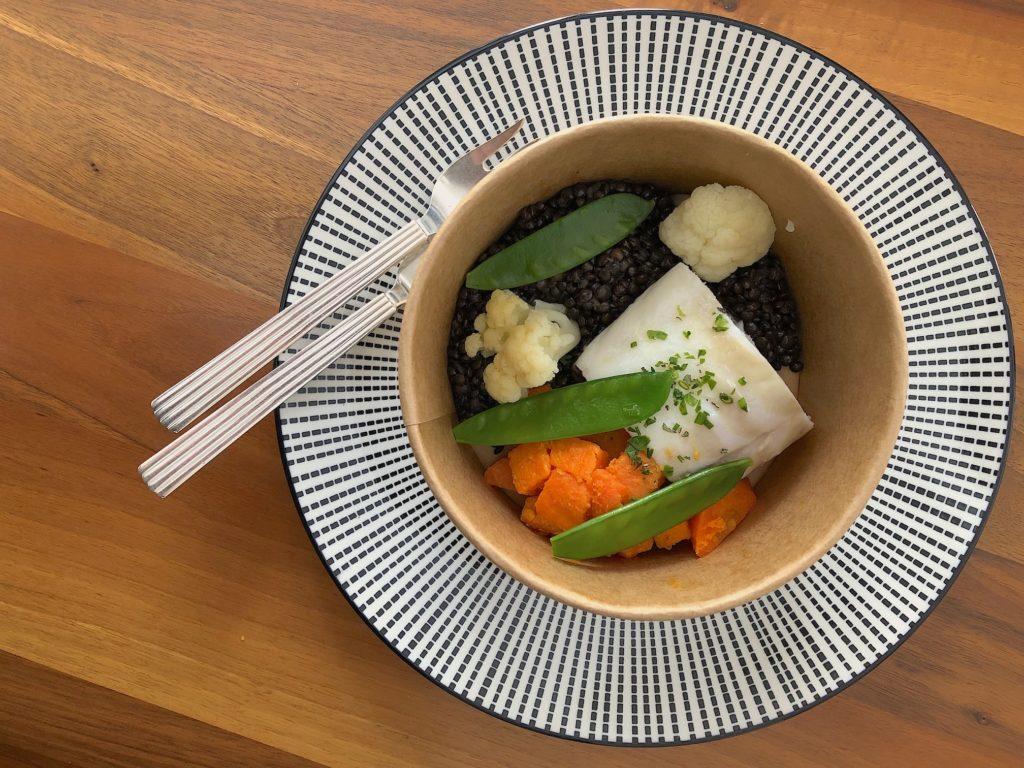 Dos de cabillaud, crème de crustacés, légumes et lentilles Beluga.